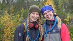 Nelly Anttonen (vas.) ja Kaisa Manninen kuuluvat Ylöjärven Otavan Partiolippukunnan Kalliohyppijät -nimiseen vartioon. Kuva: Miika Kaukinen