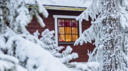 Punaisen talo ikkuna lumisten puiden keskellä. Kuva: Alex_Mazurov / Visit Tampere