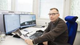 Keskuspuhdistamon käyttöpäällikkö Lauri Valtiala kuvattuna työhuoneessaan.