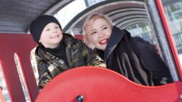 Leo ja Kirsi Kokkonen leikkipuistossa. Kuva: Laura Vesa
