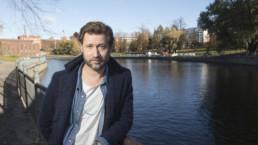 Näyttelijä Lari Halme Tammerkosken maisemissa. Kuva: Rami Marjamäki