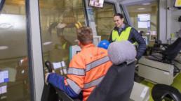 Jouni Virtanen esittelee Esa Nummelalle jätebunkkerin käyttötekniikkaa. Kuva: Sami Helenius.