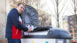 Ville Palanne Pirkanmaan Jätehuollosta kuvattuna laittamassa muovia keräysastiaan. Kuva: Sami Helenius.