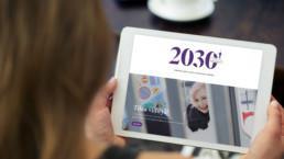 Kuvassa nainen lukee 2030-lehteä tabletilta.