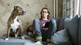 Rami Helenius ja Chili-koira sohvalla. Kuva: Laura Vesa.