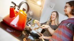Minna Juusela ja Rami Helenius. kokkailemassa keittiössä. Kuva: Laura Vesa.