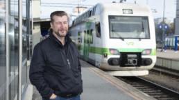 Pertti Suuripää juna-asemalla.