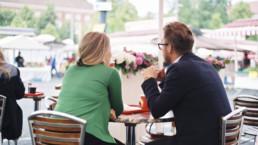 Mies ja nainen kahvilassa.