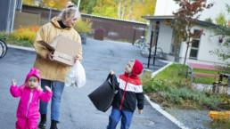 Mari Ahonen ja lapset Aino ja Vilho viemässä roskia.