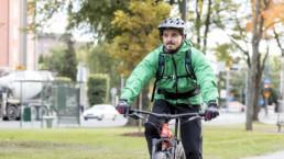 Tapani Touru pyöräilemässä.
