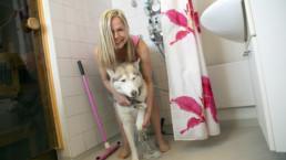 Nina Kenkimäki pesee koiraansa.