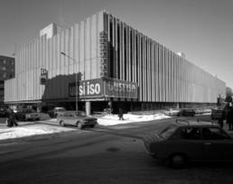 Anttilan tavaratalo ja P-keskusta parkkitalo vuonna 1974.