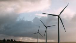 kolme tuulivoimalaa