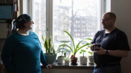 Milla Törmä ja Olli Virtanen kuvattuna kotonaan ikkunan edessä.