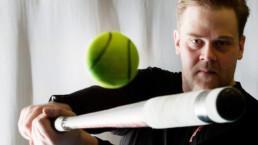 Pesäpalloilija Juha Niemi lyö palloa