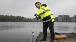 Limnologi Jukka Mattila ottamassa vesinäytettä.