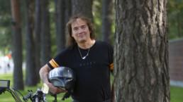 Costello Hautamäki Kalevankankaalla moottoripyörän kanssa.