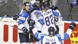 Suomen maajoukkueen pelaajat juhlivat maalia Slovakian MM-kisoissa