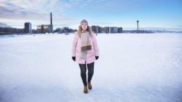 Sanna Siukola kävelee Näsijärven jäällä kylmänä pakkaspäivänä.